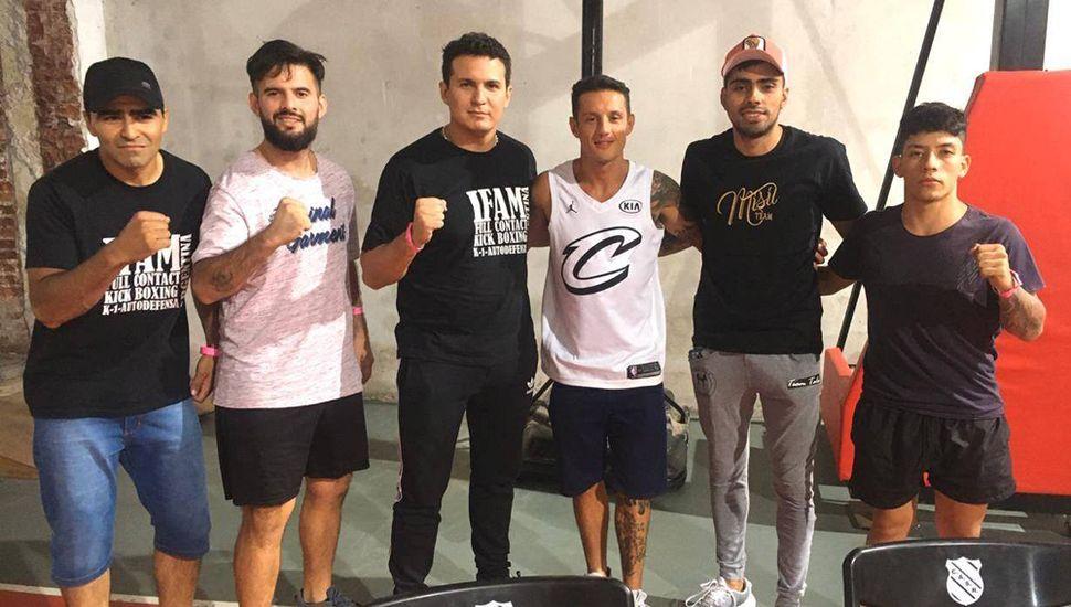 """""""Nico"""" Díaz junto a algunos de sus alumnos que participaron del torneo realizado en el Club Sportivo Rojas."""