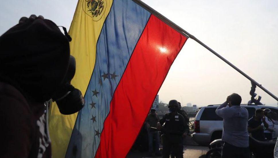 Militares se sublevaron contra Nicolás Maduro y Guaidó llamó a toda la fuerza armada a sumarse