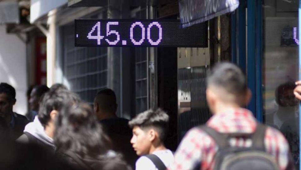 Con los anuncios del Bcra, el dólar bajó 3,2% y cerró en $45