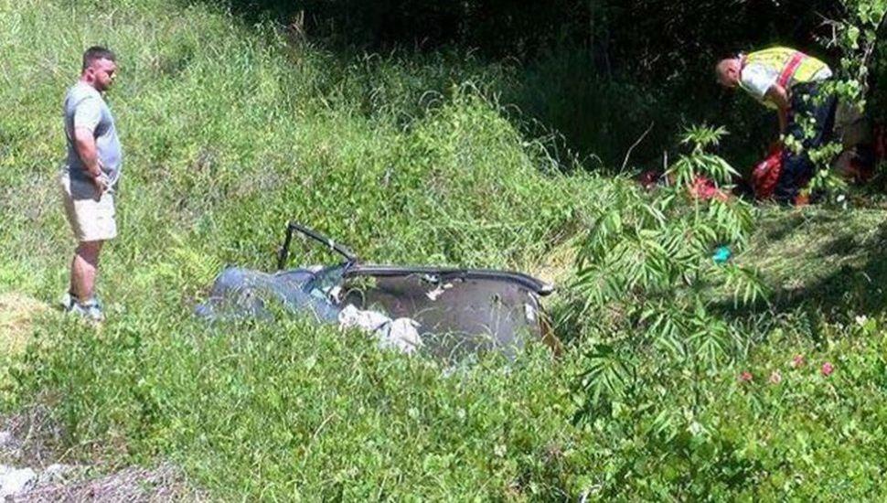 Una mujer sobrevivió cinco días atrapada en su auto tras un accidente de tránsito