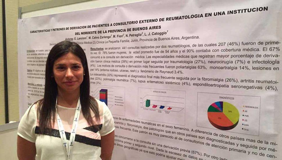 Eliana Lancioni durante la presentación del trabajo profesional, en el Congreso Nacional de Reumatología.