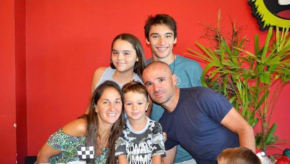 Junto a su señora Silvana y sus hijos Facundo (20 años), Camila (16) y Ramiro (6).