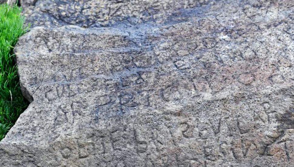 """Un pueblo ofrece una recompensa a quien descifre su propia """"piedra de Rosetta"""""""