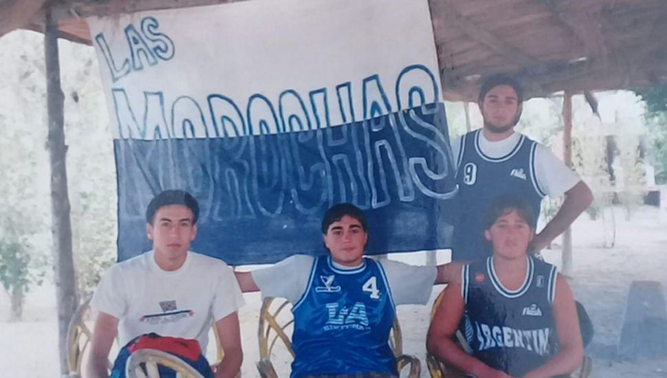 """La bandera como estandarte """"turco"""" en todos lados. Tampoco faltó en Puerto Madryn. De Narda, Matías y Andrés Huarte, y Francisquelo (de pie)."""