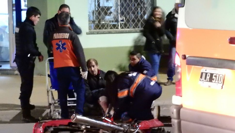 El motociclista accidentado ayer en barrio Belgrano, tras colisionar con un auto.