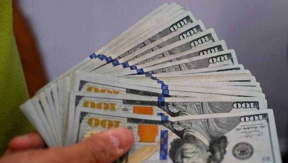 Después del súpercepo, el peso se devaluó tres veces más rápido y el dólar blue toca los $ 154