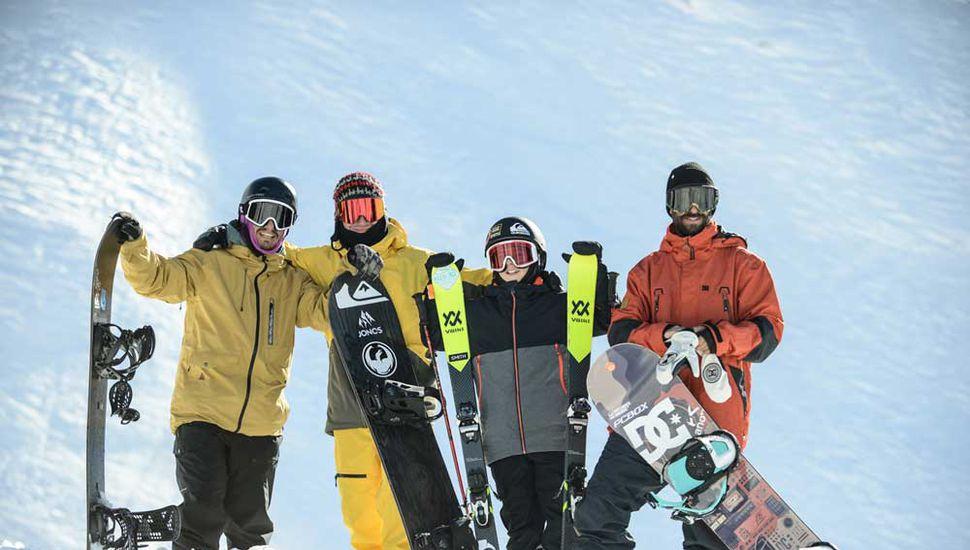 Los protagonistas de la travesía:  Belardi (44), Odriozola (22), Colombo (12) y Natalucci (36), tres generaciones que cautivaron en la nieve.