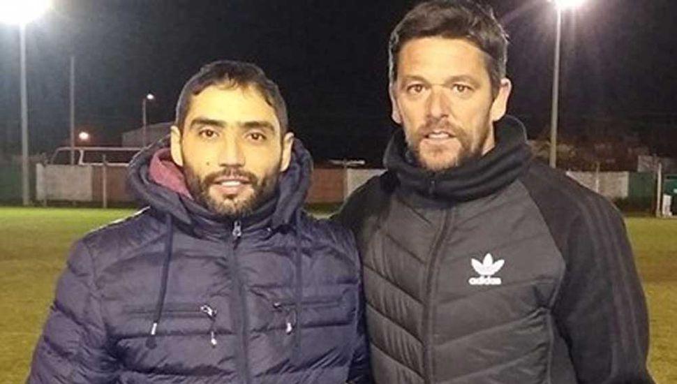 Juan Manuel García (derecha) debutó con victoria como técnico de Jorge Newbery y posa con su ayudante de campo, Luciano Lo Bianco.