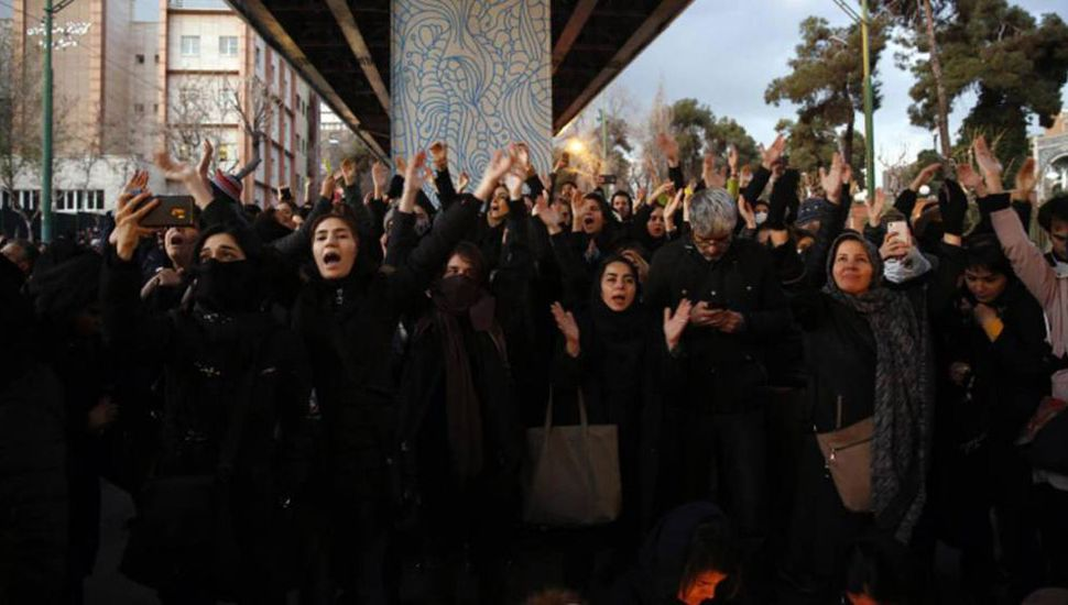 Irán afronta con titubeos su respuesta a las protestas