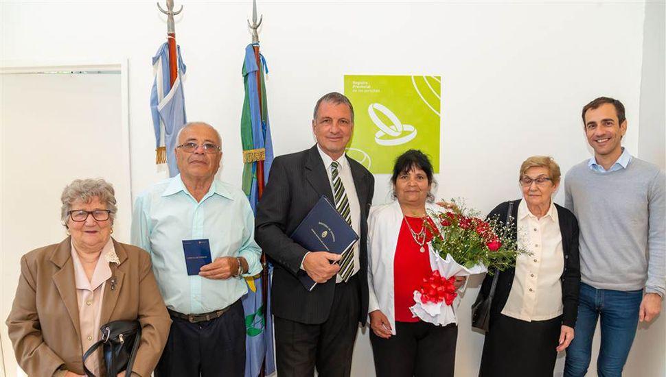 El intendente Petrecca acompañó a la primera pareja que se casó en la nueva sede.