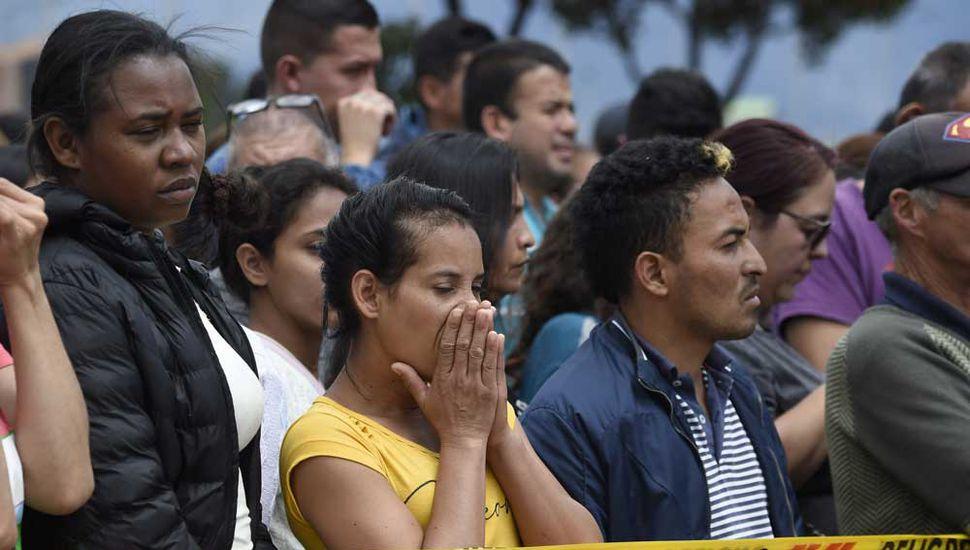 El dolor de los familiares de las víctimas en la entrada de la Escuela de Policía.