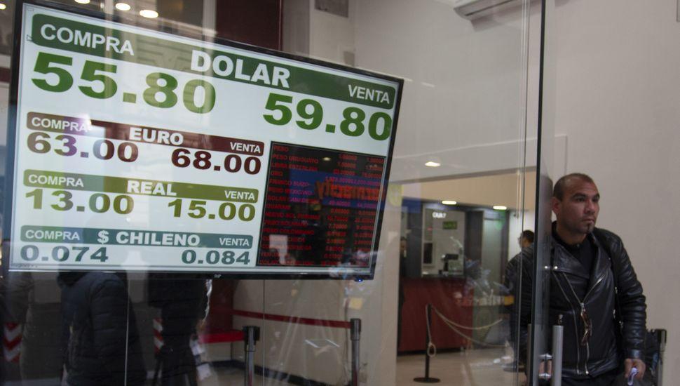 El dólar retrocedió y cerró a 57 pesos