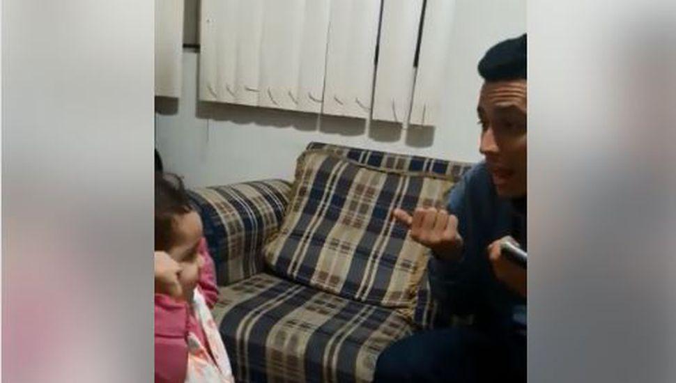 El video de la charla entre una niña de dos años y su padre sordomudo que conmueve al mundo
