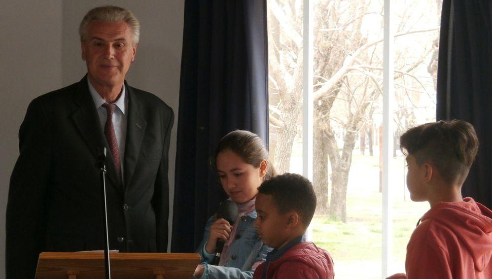 El pastor principal de la Iglesia de Once, Tomás Mackey, junto a niños que participaron de la reunión del domingo.