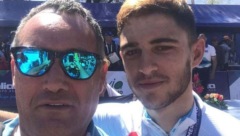 El juninense Gerardo Gabriel Crisafulli, técnico juninense de la Selección Nacional de ciclismo juvenil, junto al Lukas Dundic.