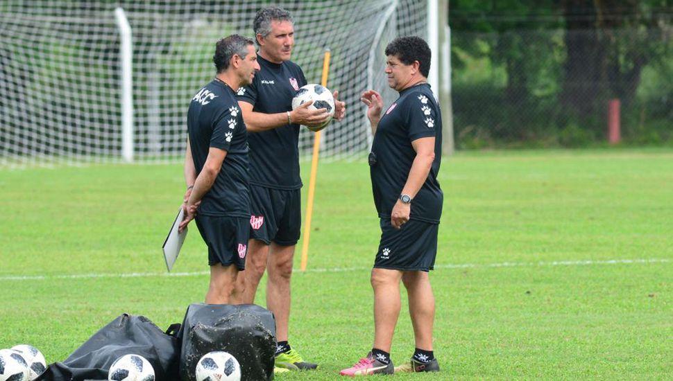 Diego Cagna junto a colaboradores de su cuerpo técnico.