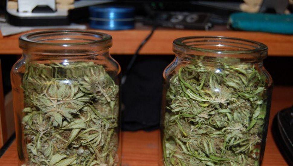 Llevaba marihuana en un frasco: lo demoró la policía