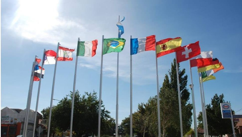 Banderas de las colectividades en la plaza ubicada en avenida San Martín y Primera Junta.