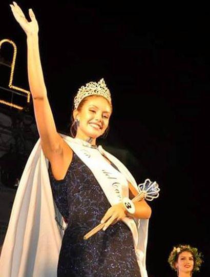 Saluda al público la nueva reina, Valentina Gómez García.