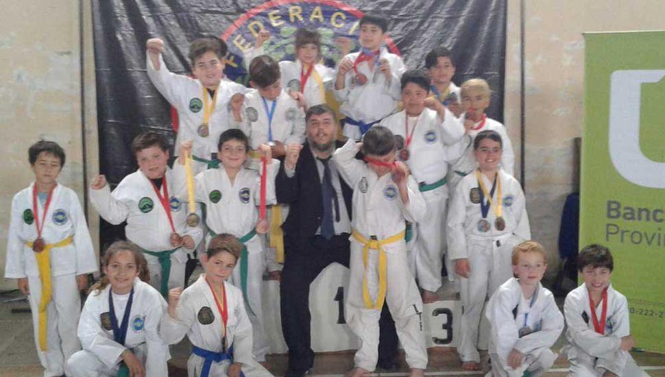 El maestro Gabriel Cova junto a jóvenes artistas marciales.