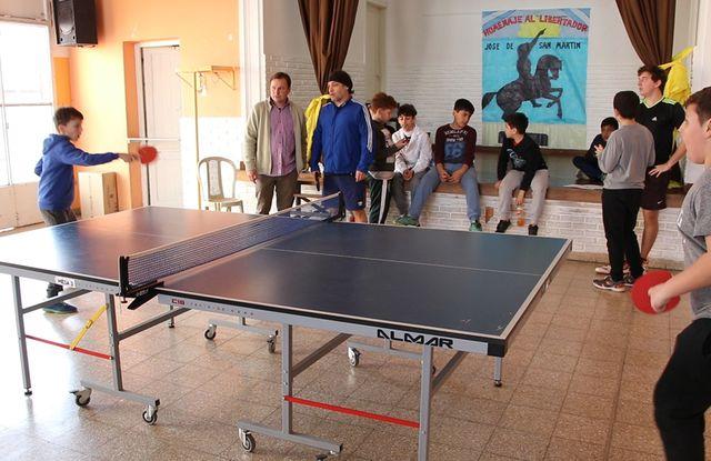 A pura acción, alumnos de la Escuela 24 en pleno partido.