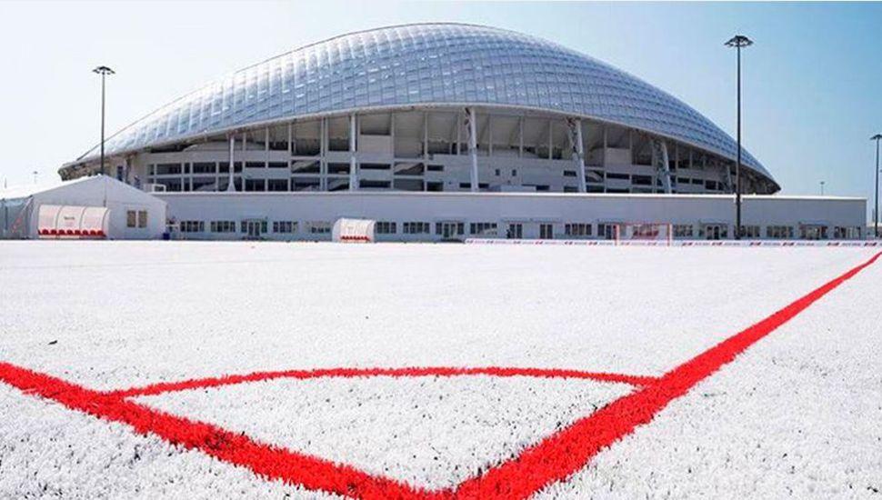 Utilizan 50 mil vasos descartables para hacer una cancha de fútbol