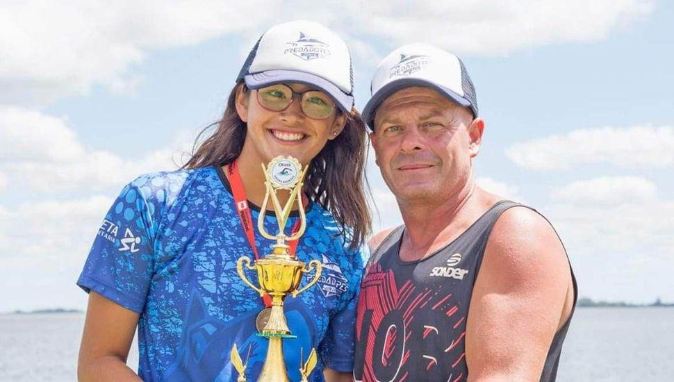 Junto a su entrenador, Diego Cuadrado, la nadadora juninense Lucía Ferreri, quien competirá el 16 de febrero en Mar del Plata.