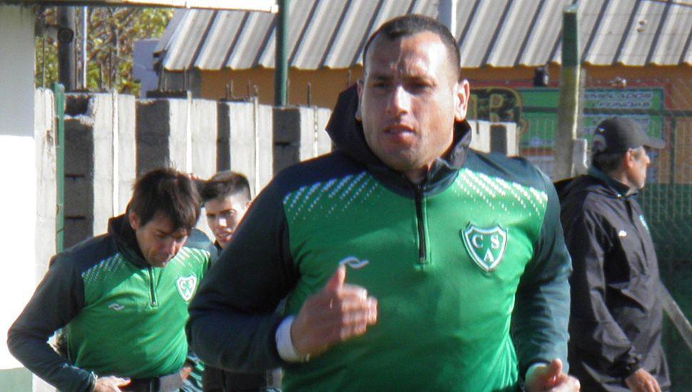 Wilfredo Olivera y detrás Luis Yamil Garnier, el capitán del equipo que ya está a disposición del técnico de Sarmiento, Iván Delfino.