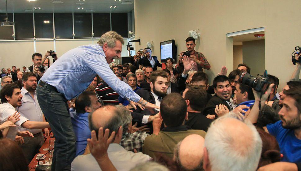 El dictamen de mayoría fue firmado por Cambiemos. El FpV-PJ y el FR firmaron sus propios dictámenes de minoría.