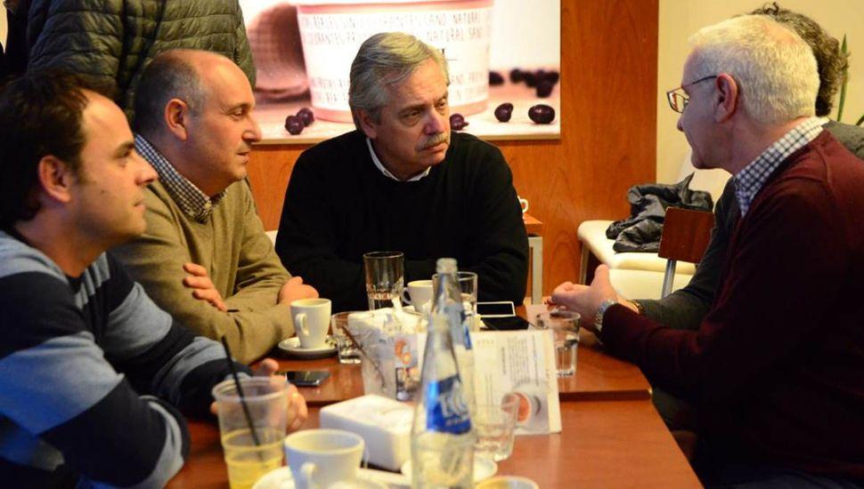 """Alexis Herrera y """"Fredy"""" Zavatarelli, durante una reciente reunión con el candidato a presidente, Alberto Fernández y el candidato a intendente de Lincoln, Luis Siri."""