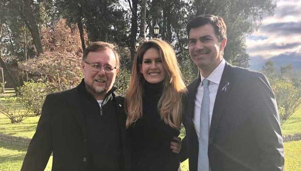 El juninense Oscar Romero, ayer, con Isabel Macedo y Juan Manuel Urtubey.
