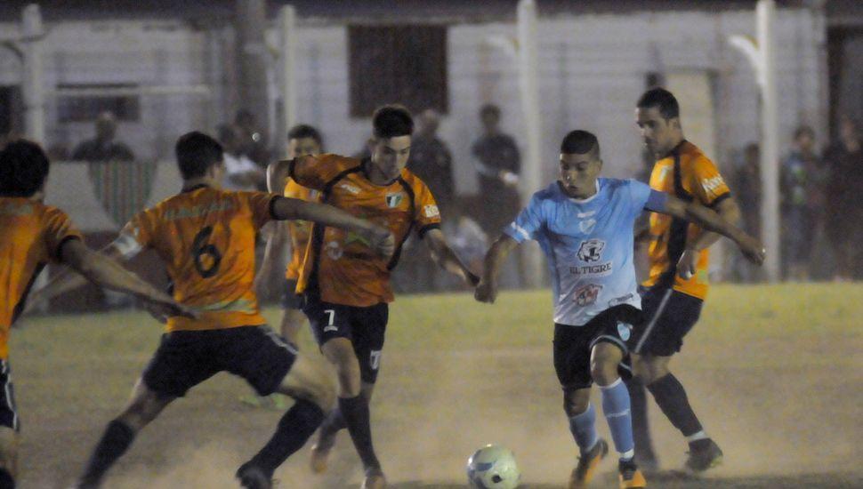 Luciano Coria, con el balón, es rodeado por la defensa de BAP.