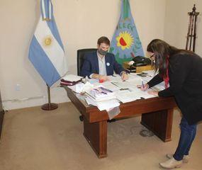 Firma del convenio para dotar de conectividad a las escuelas.