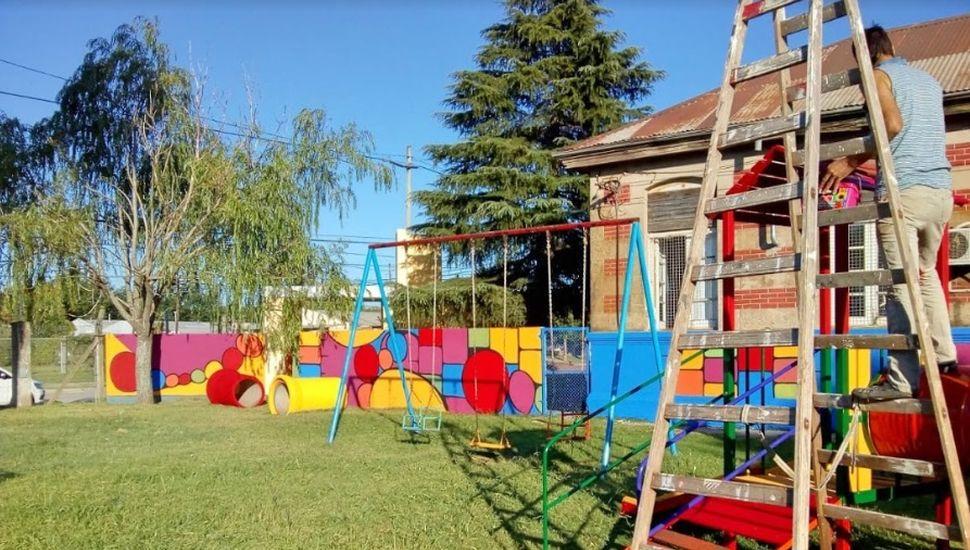 """Talleristas municipales trabajan en la fachada del """"maternal Mi Bebé"""""""