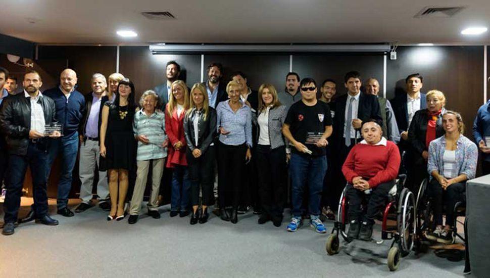 Las autoridades y deportistas que superaron dificultades y fueron reconocidos por la Cámara de Diputados de la Provincia de Buenos Aires.