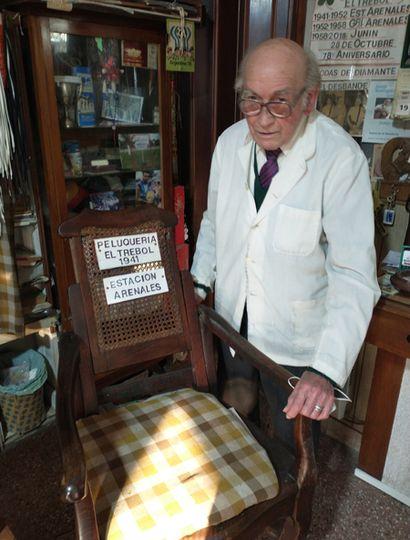 Rodolfo Álvarez Ríos todavía conserva el sillón con el que empezó en el oficio de peluquero, en 1941.