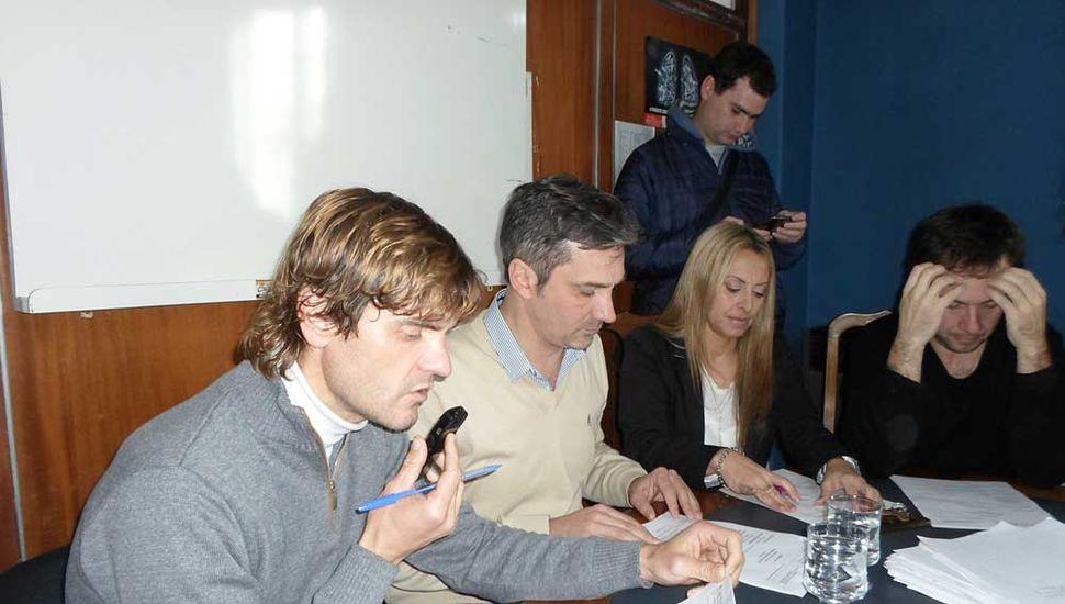 El secretario del Concejo Deliberante, Gastón Rionda, leyendo el Orden del Día.