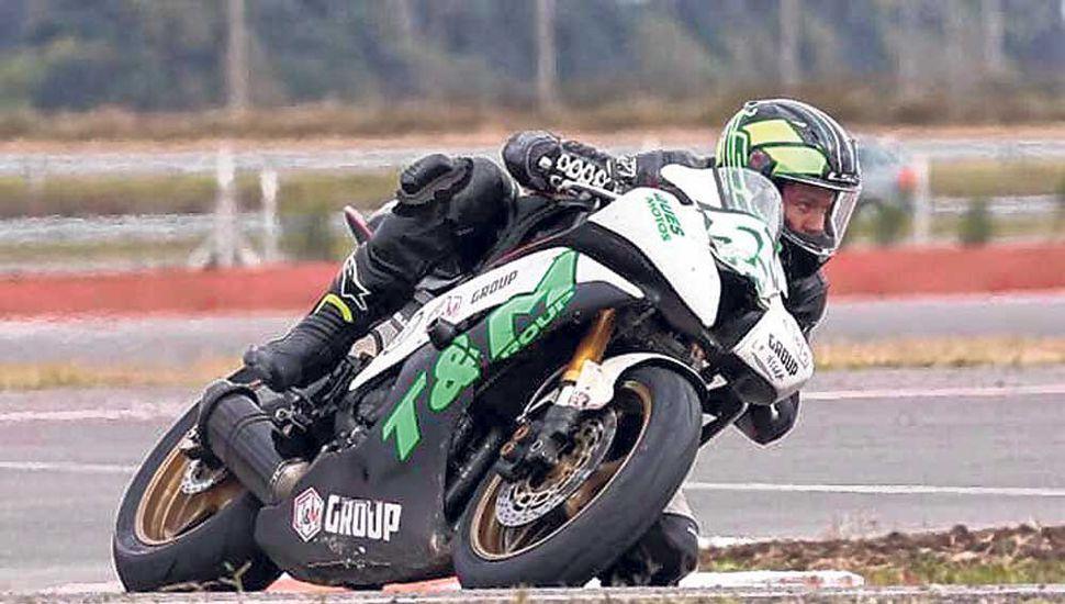 """El piloto de Junín en plena competencia, con la """"Yamaha R-6"""" N° 55 del equipo""""T&M Group""""."""