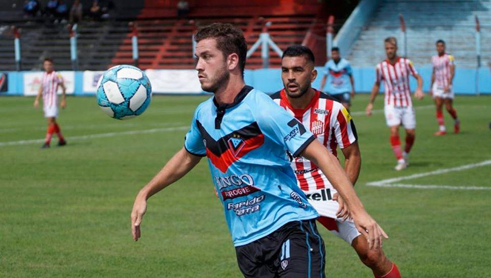 Tomás Molina con el balón, Brown (A) le ganó al líder.