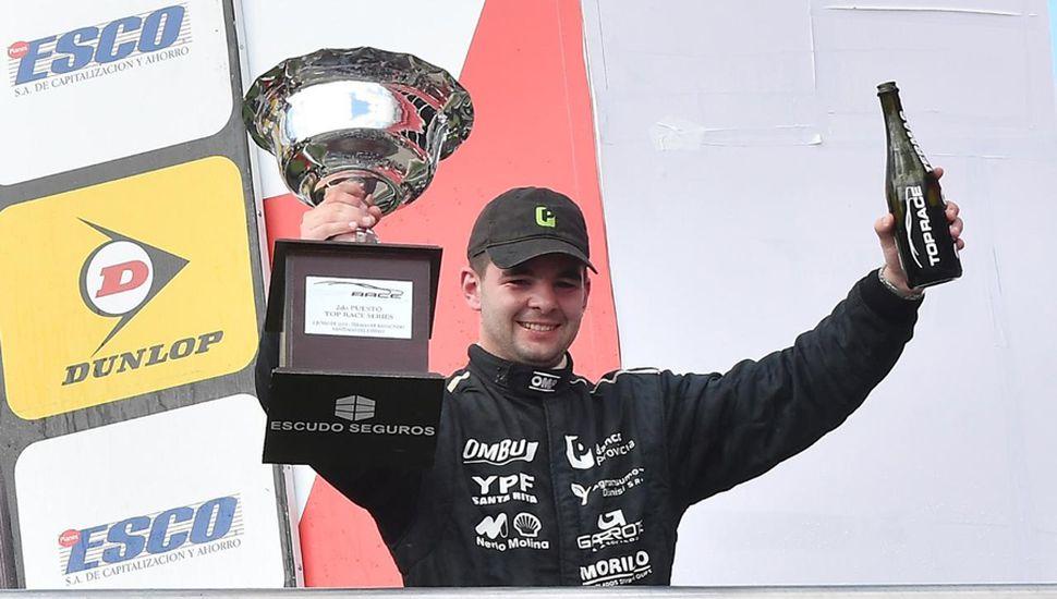 Franco Morillo festeja con la copa, en los boxes de Termas.