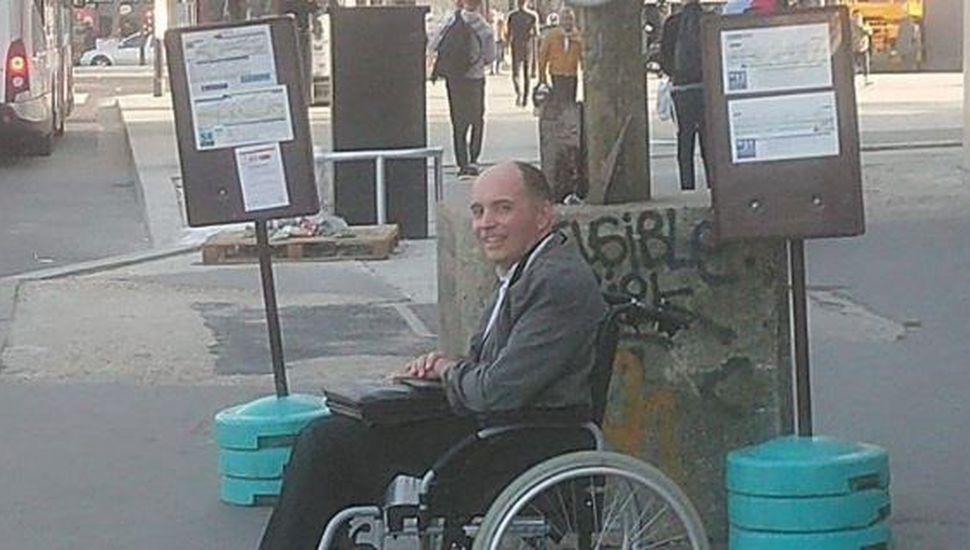 Hizo bajar a todos los pasajeros del colectivo por no ayudar a un hombre con discapacidad