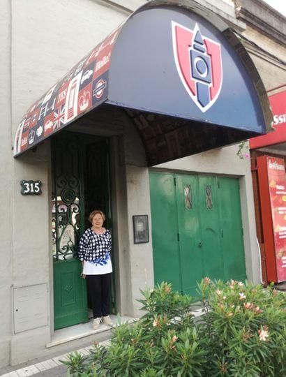 Martha Petraglia en la puerta del Colegio Boston, la academia que fundó y hoy es una de las más tradicionales de Junín.