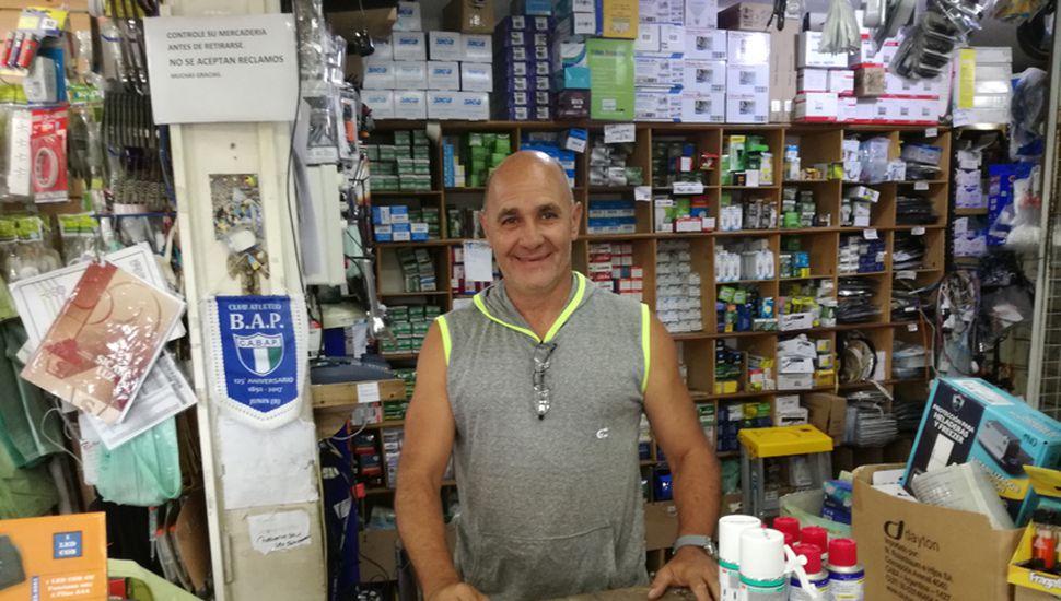 Más de 40 años lleva Daniel Barco detrás de un mostrador. También es el presidente del Club Ambos Mundos.
