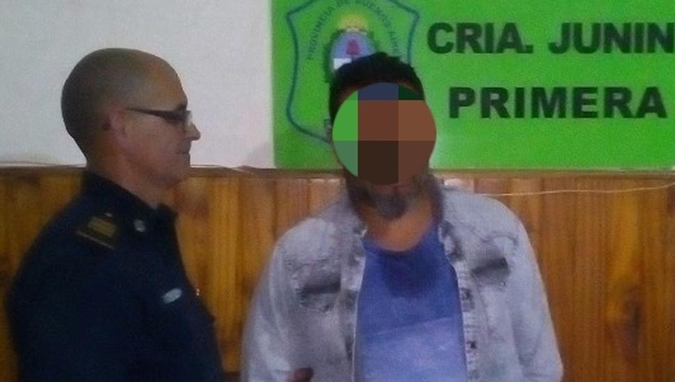 Uno de los detenidos por parte de personal de la Comisaría Junín Primera, por tener marihuana en su poder.