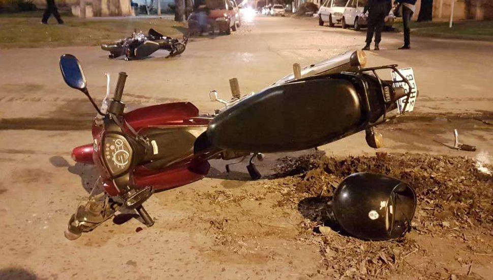 Las dos motos caídas en el barrio Belgrano.