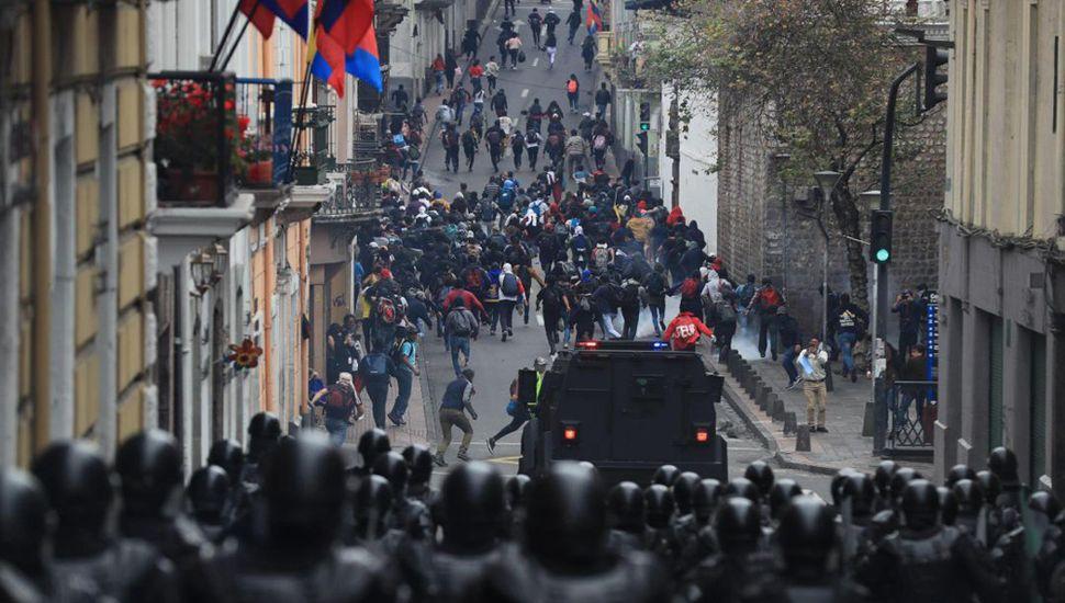 Ecuador: mudan la sede de gobierno y ya hay dos muertos
