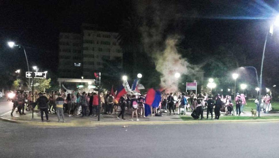Los jóvenes, en la Plaza 25 de Mayo.