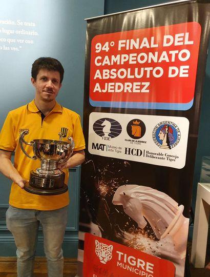 Diego Flores posa con el trofeo obtenido al ganar el campeonato argentino.