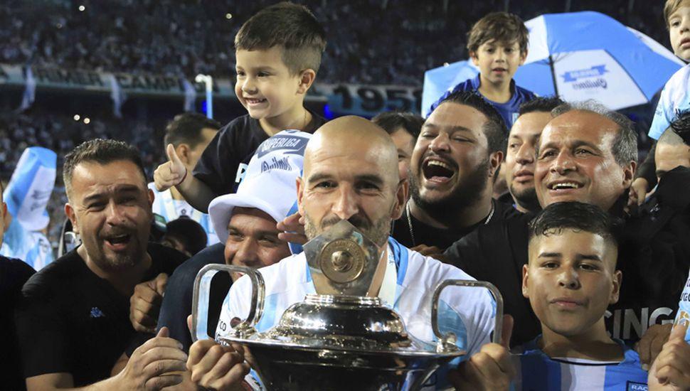 Lisandro López, emblema, capitán y goleador de Racing campeón de la Superliga, festeja con la Copa.