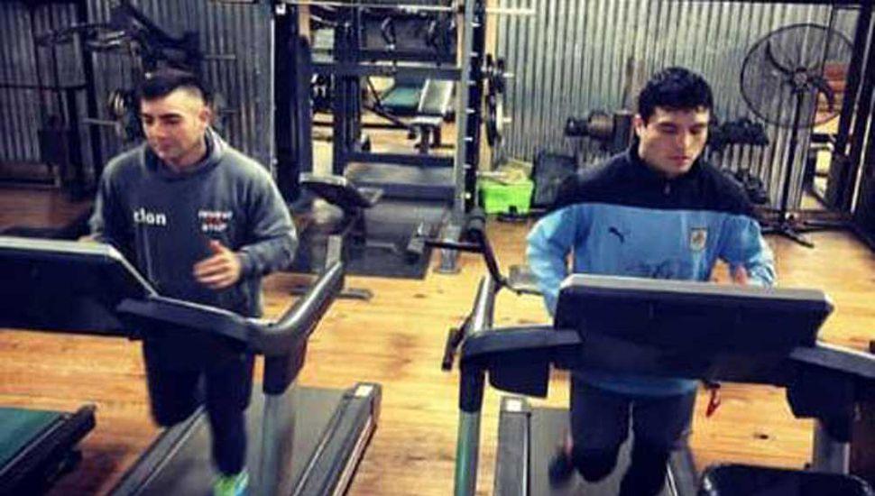 """Andrés """"La maquinita"""" Sosa (izquierda) y Emiliano """"La Cobrita"""" Domínguez entrenando para sus peleas del sábado 15 venidero en Villa Cañás."""